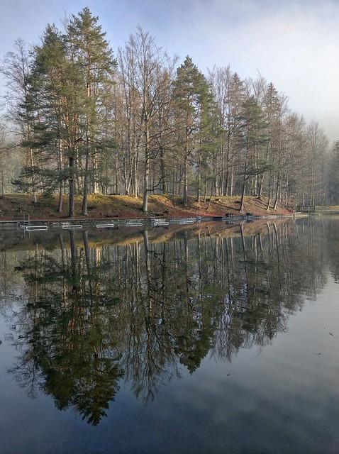 Still ruht der See.