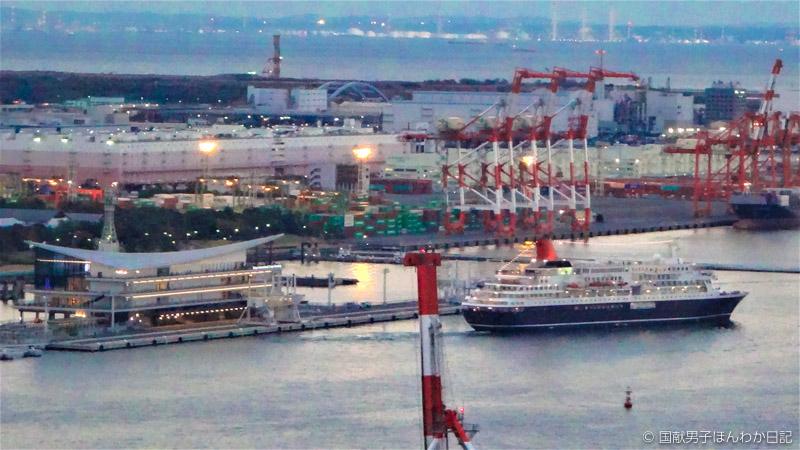 品川コンテナ基地ごしに2㎞先の東京国際クルーズターミナルから出航するにっぽん丸を撮影(筆者)