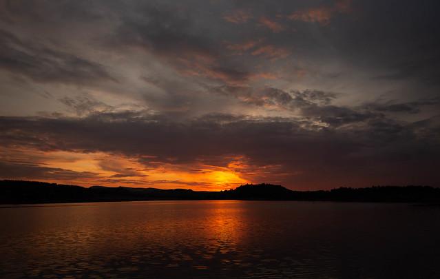 Noir et feu dans le ciel et dans l'eau du Lac du Pêcher !