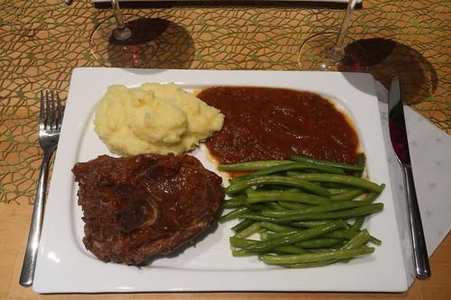 Lammbeinscheibe in Tomaten-Rotwein-Soße, Kartoffelstampf und Butterbohnen (mein Teller)
