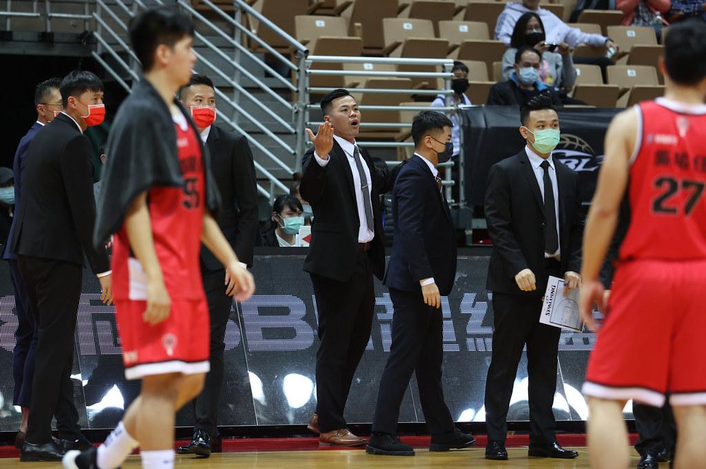 台銀總教練陳國維賽後對李漢昇的投籃感到不滿。(籃協提供)