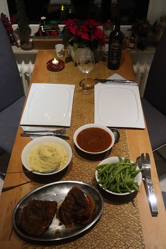 Lammbeinscheibe in Tomaten-Rotwein-Soße, Kartoffelstampf und Butterbohnen (Tischbild)