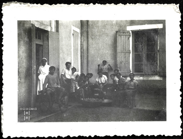ArchivTappenZAl2b916 Beim Kartoffelschälen, Frankreich, 1930er