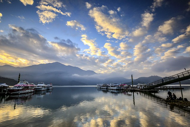 日月潭晨光(Sun moon lake sunrise)。