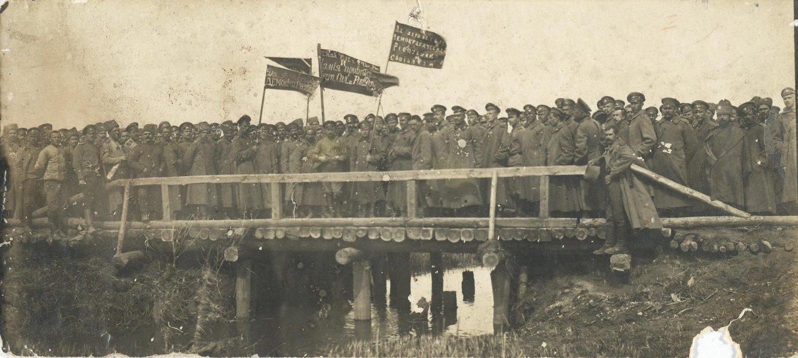 29. Сапёрный полк, самовольно снявшийся с фронта, следует с революционными знамёнами на митинг в Барановичи