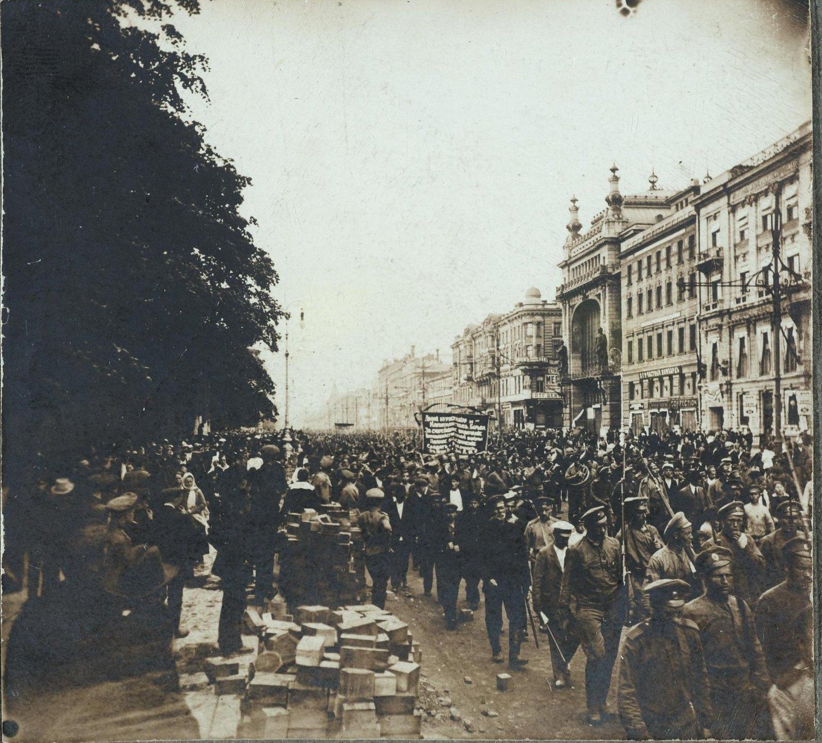 02. 3-5 июля. Демонстрация рабочих против Временного правительства на Невском проспекте.