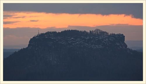 sachsen saxony sächsischeschweiz saxonswitzerland saskéšvýcarsko elbsandsteingebirge elbesandstonemountains labsképískovcovéhory lilienstein ochelwände aussicht winter schnee snow abendlicht abendrot abendhimmel sonnenuntergang landschaft landscape natur nature tafelberg sunset