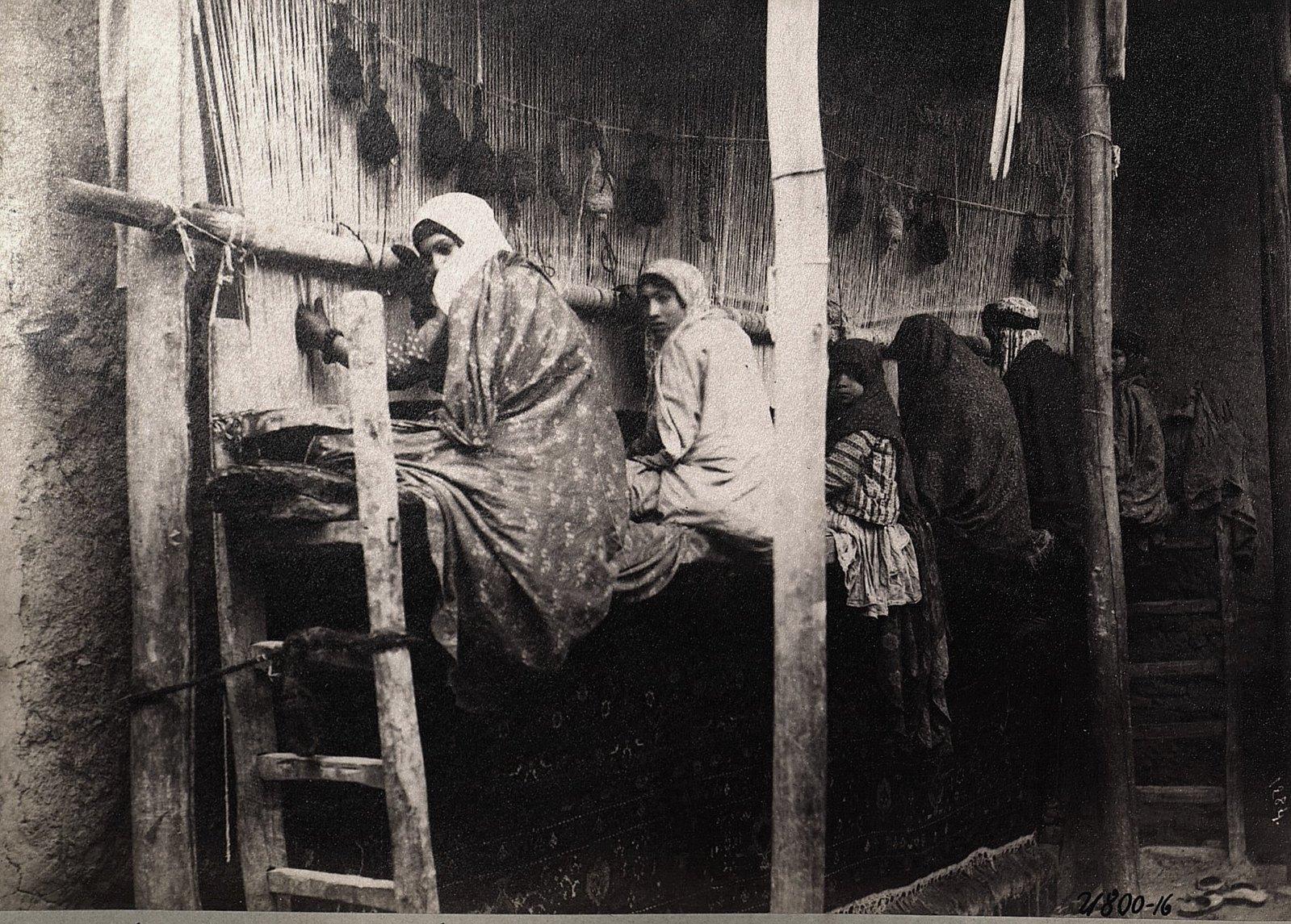 В ковровой мастерской