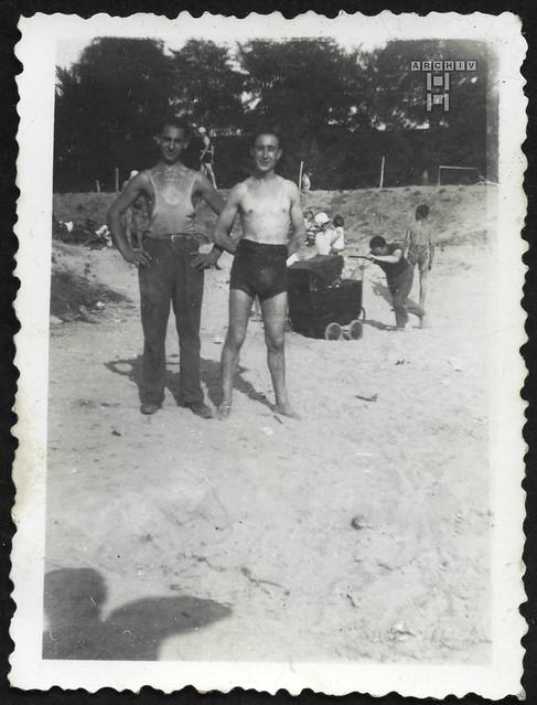 ArchivTappenZAl2b941 Doppelporträt, Freunde am Sandplatz, Frankreich, 1930er