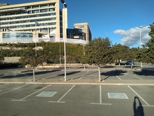 imagen de parking con plazas de aparcamiento iguales y algunas marcadas con minsulválidos. creatividad inclusiva.