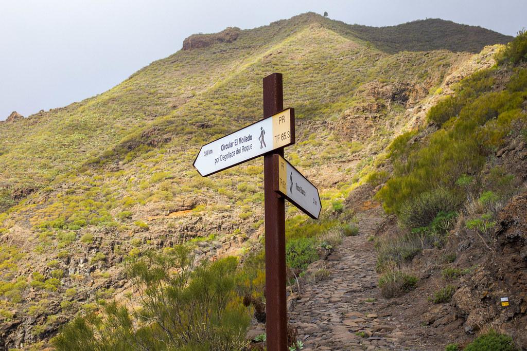Señal de senderos en El Molledo hacia Risco Blanco
