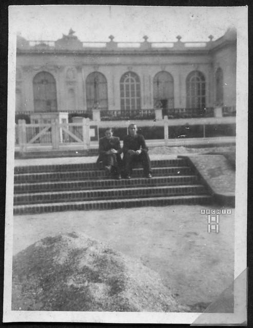 ArchivTappenZAl2b952 Treppenfoto vor der Schlosskulisse, Frankreich, 1930er