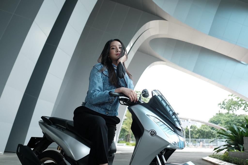 Anya Geralding dengan Yamaha Lexi