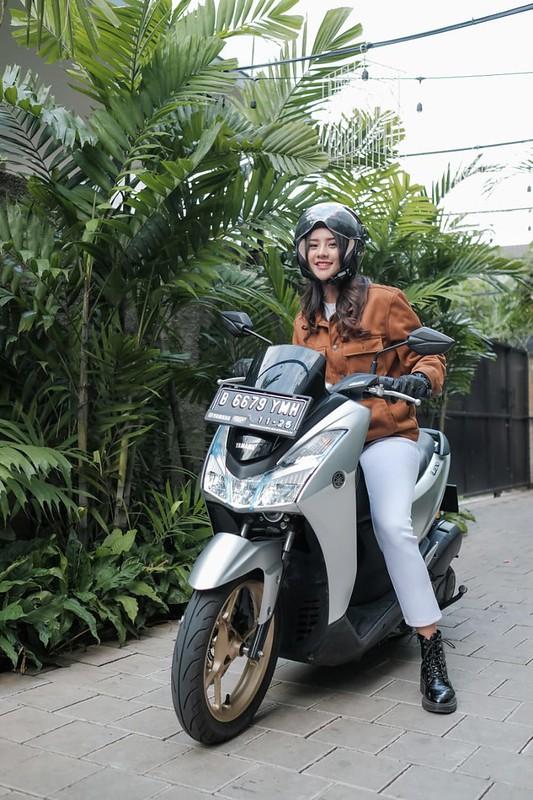 Anya Geraldine berkendara dengan Yamaha Lexi