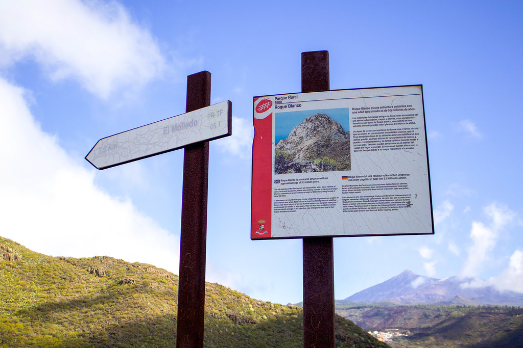 Panel informativo sobre Risco Blanco situado en la base del Roque