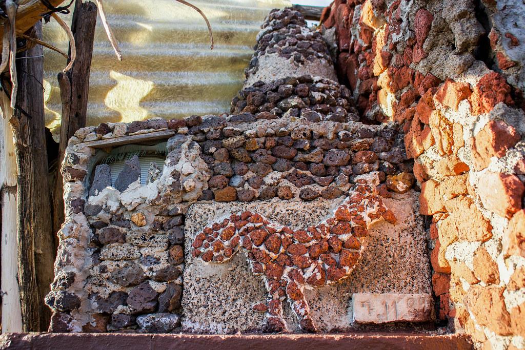 Horno con la silueta de un gallo en el caserío de Los Quemados en Tenerife