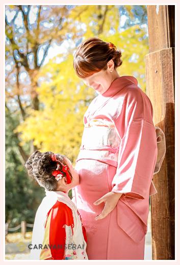 七五三 マタニティフォト ママのお腹にキスをする女の子