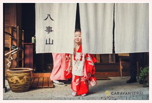 八事山興正寺で七五三 のれんの間から顔を出す3歳の女の子