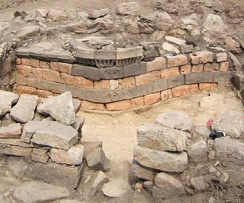 Fig. 3 Estremità absidata del santuario di S'Arcu e is Forros (Villagrande-Strisàili). In alto al centro si riconosce un bacile-focolare in pietra che riproduce la sommità di una torre nuragica (da Congiu 2012)