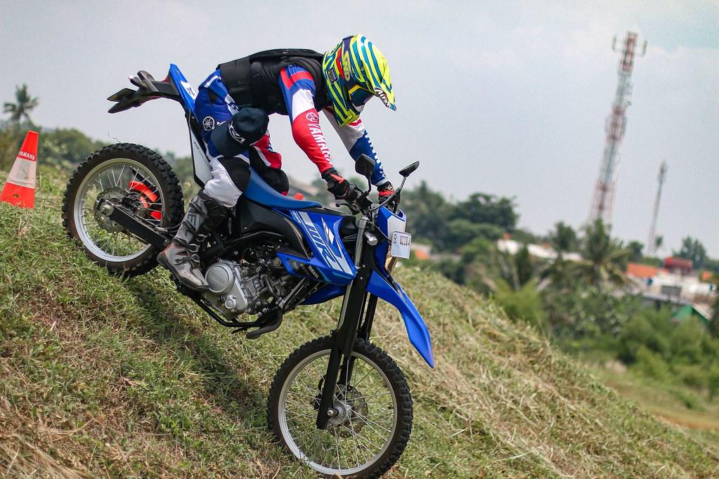 Tips riding WR 155 R melewati jalur menurun