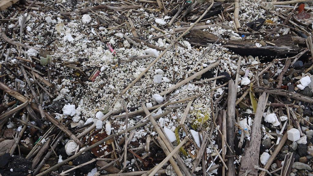 海灘上碎裂的保麗龍與砂石枯枝混雜,難以清理。黃思敏攝