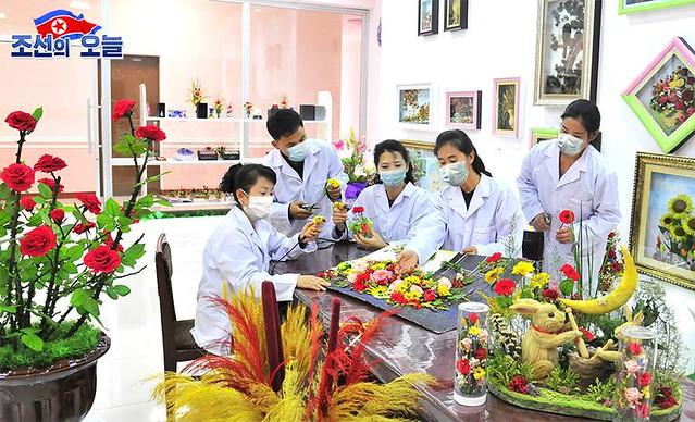꽃제품들을 더 많이 - 평양화초연구소에서 - More flower products... -