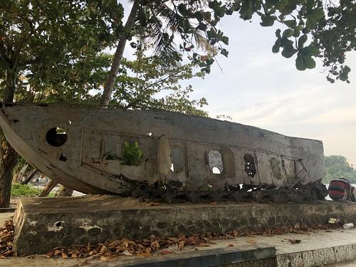 Amerikaans landingsvaartuig op sokkel. Hamadi beach, Jayapura, Papua.