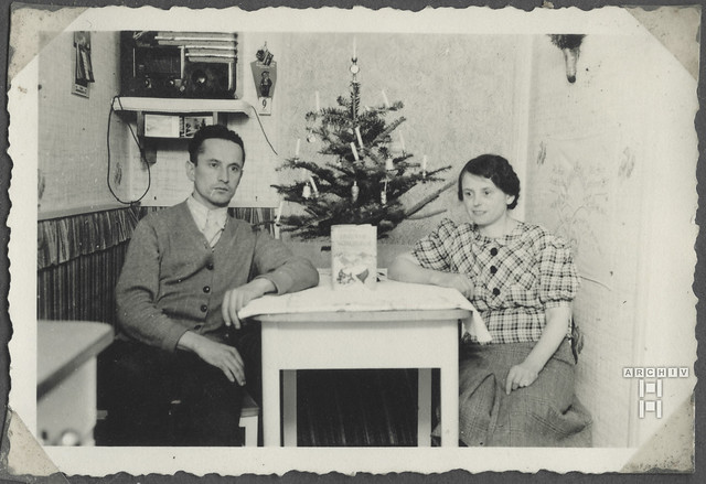 ArchivTappen2AAl2c7 Ehepaar am Christbaum, Österreich, 1938