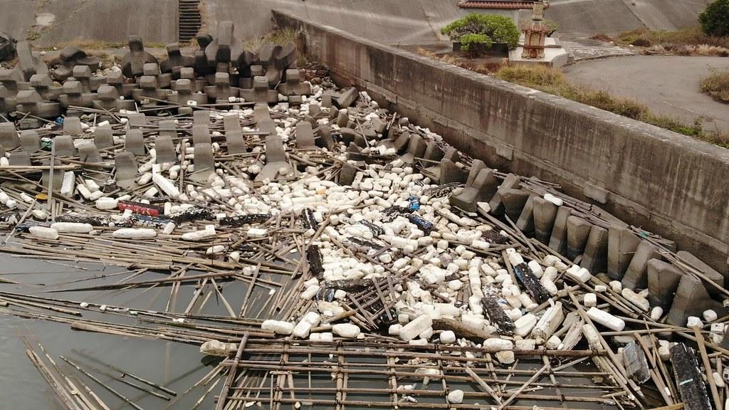 西南沿海常見的廢棄蚵棚與保麗龍浮具。照片提供:海湧工作室