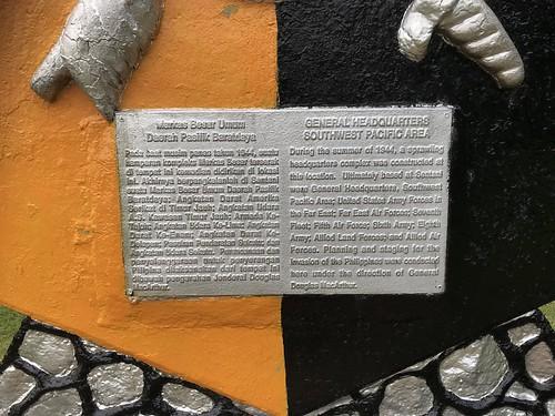 Derail tekstplaat in Indonesisch en Engels. MacArthur Monument, Ifar Gunung, Sentani.
