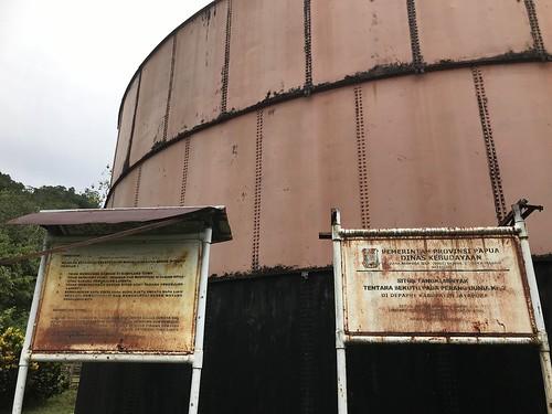 Olie-opslag geallieerden in Depapre, Tanah Merah baai. Papua. Culturele site