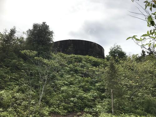 Olietank in het bos bij Depapre.
