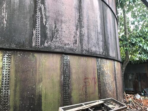 Olieopslag bij een markthal in DePapre. Tanah Merah baai.