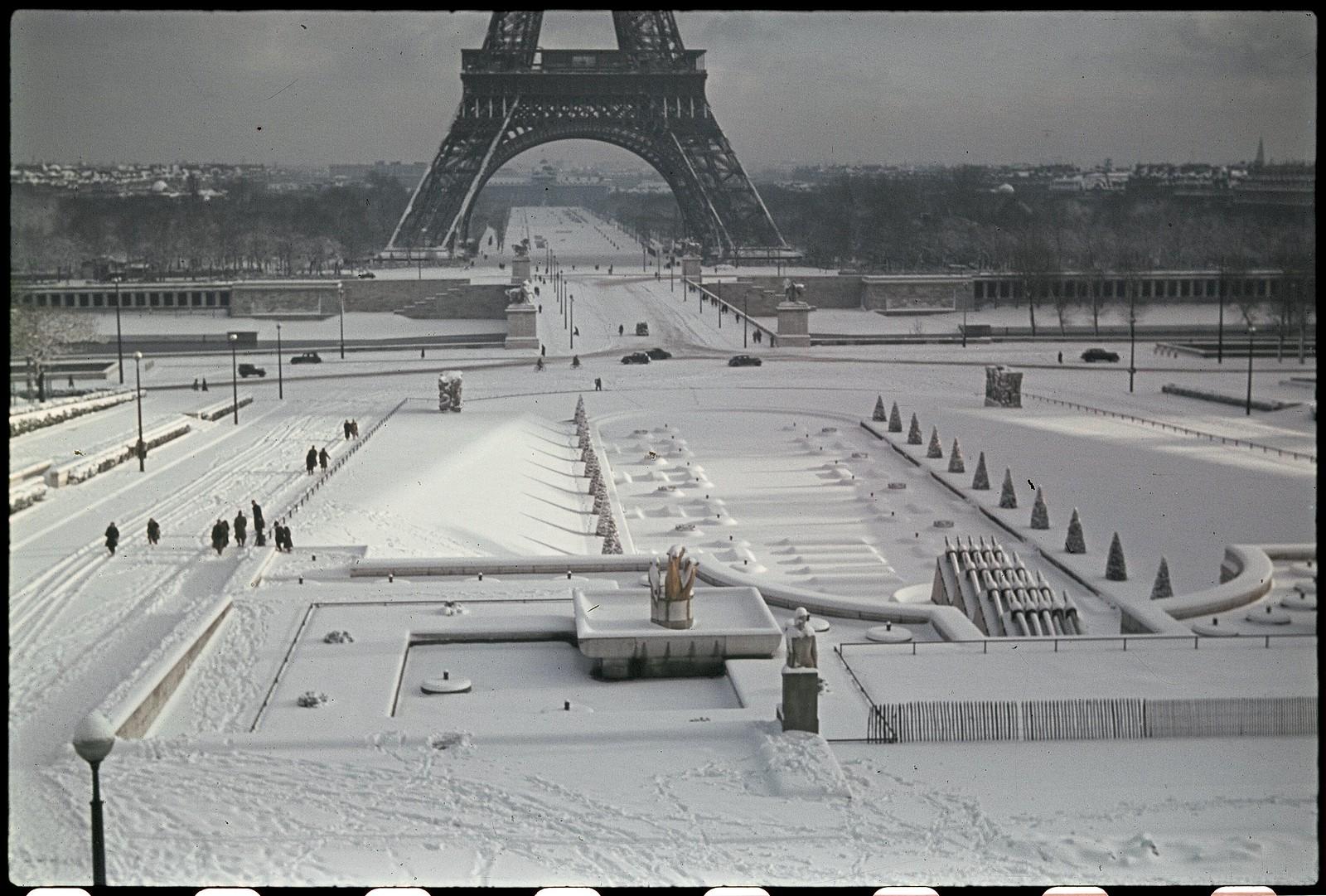 1941. Эйфелева башня зимой (5)