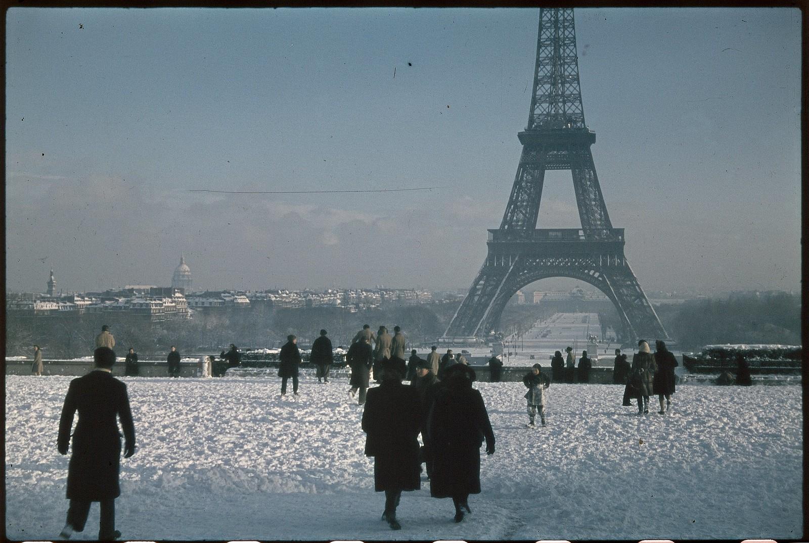 1941. Эйфелева башня зимой