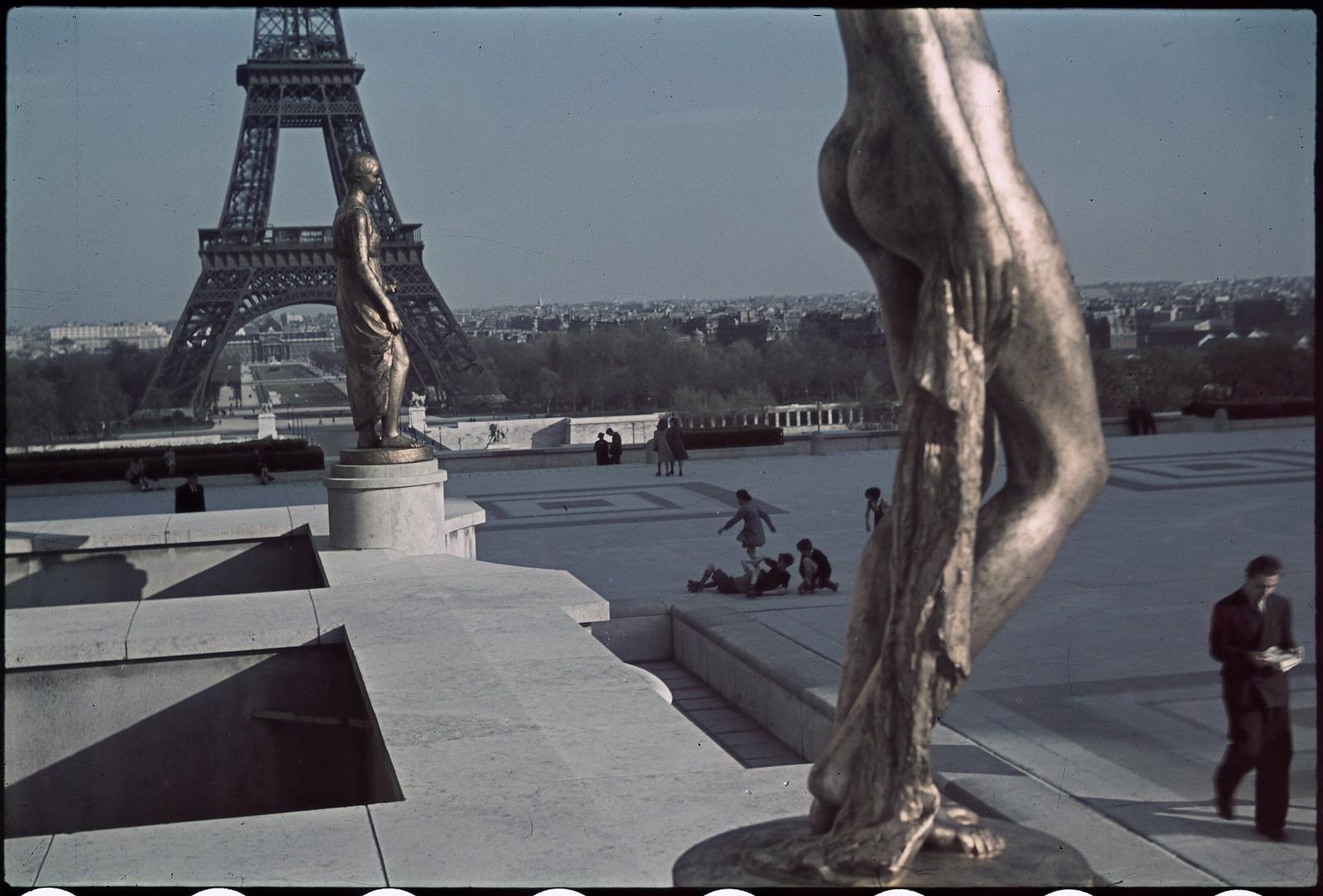1941. Эйфелева башня весной (8)