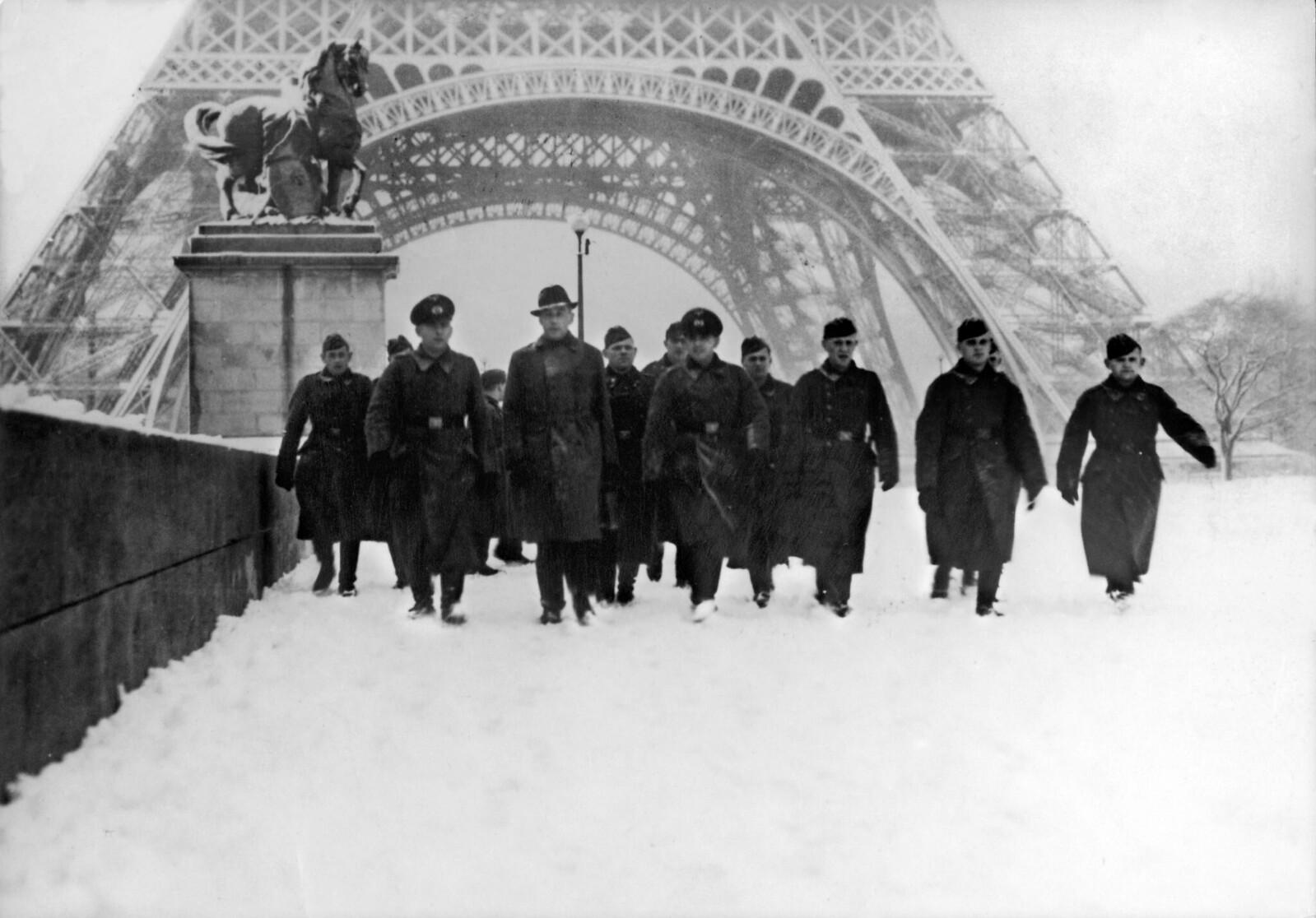 1941. Немецкие военные проходят под Эйфелевой башней