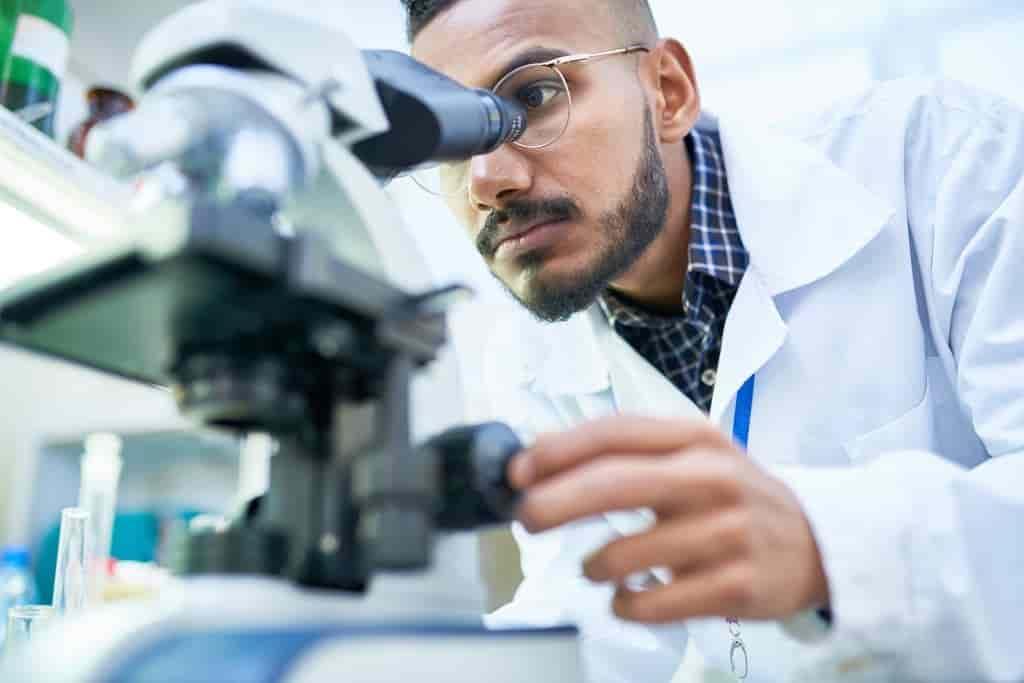 les-chercheur-manipulent-des-cellules-contre-le-cancer