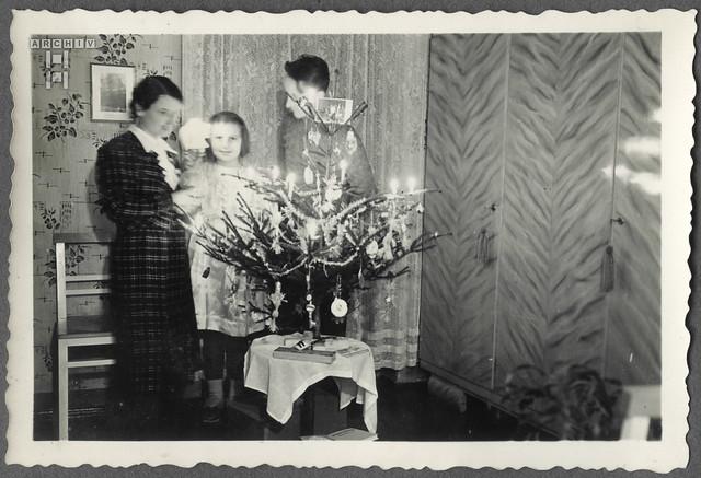 ArchivTappen2AAl2c12 Familienfoto beim Tannenbaum, Österreich, 1940
