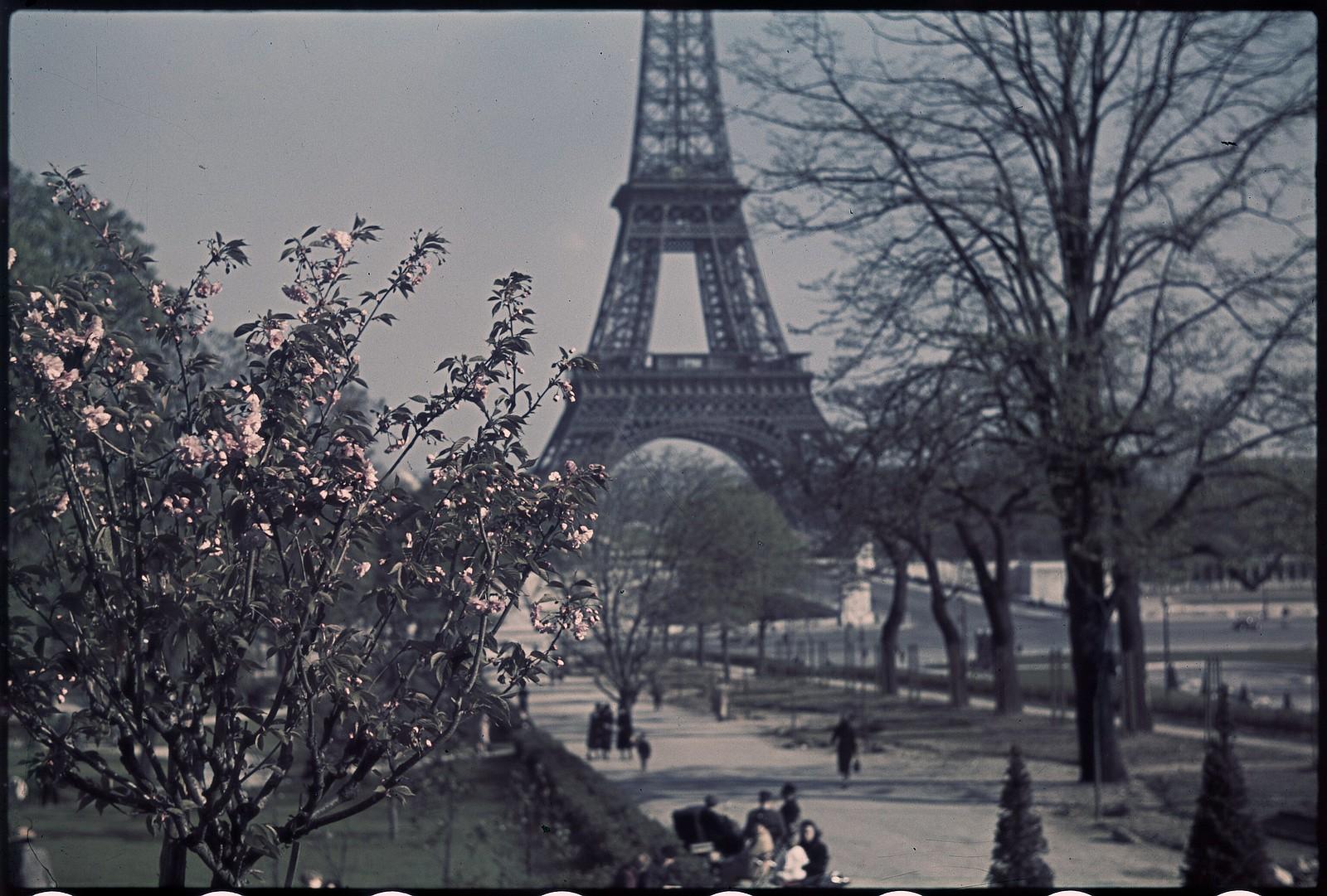 1941. Эйфелева башня весной (7)