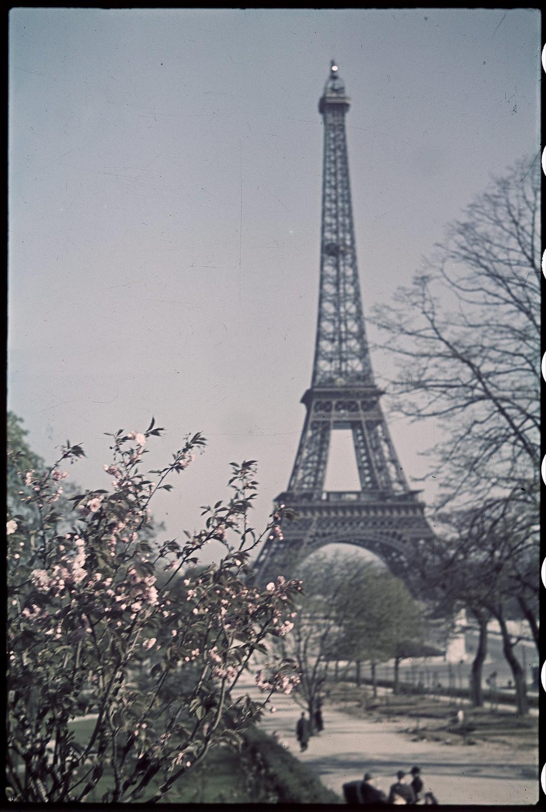 1941. Эйфелева башня весной (6)