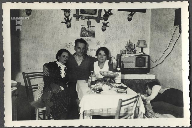 ArchivTappen2AAl2c22 Zusammensitzen bei Weihnachtsplätzchen, Österreich, 1940