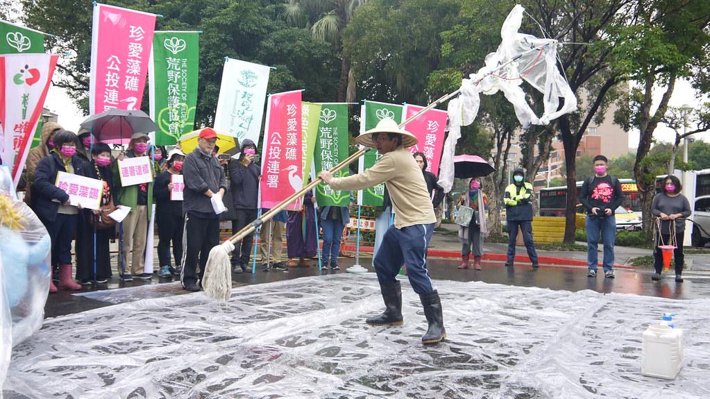 國家文藝獎得主王墨林,今帶領團隊到現場用藝術的方式,對藻礁的破壞提出最嚴正的抗議。黃思敏攝