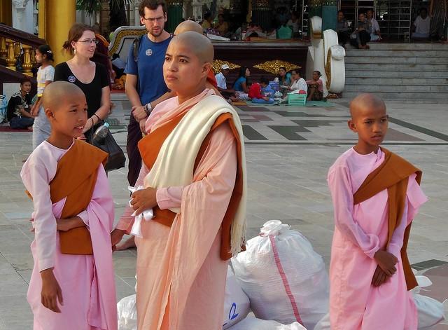 Myanmar/ Burma, Yangon,. Die prächtigste Pagode - der Shwedagon, religiöses Zentrum des Landes , Novizinnen mit Säcken voller Geldscheinen - Opfergaben der vielen Gläubigen. 78080/13250