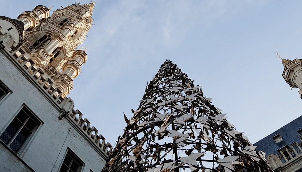 Árbol de Navidad junto con la torre del ayuntamiento de Bruselas