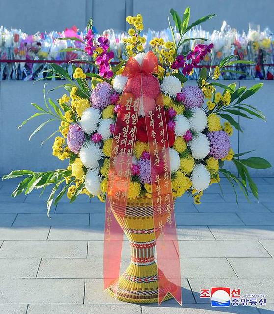 위대한 수령 김일성동지와 위대한 령도자 김정일동지의 동상에 나이제리아련방공화국 대통령이 꽃바구니를 보내여왔다 - Floral Basket to Statues of President Kim Il Sung and Chairman Kim Jong Il from Nigerian President -