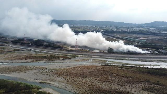南投縣草屯掩埋場於11月20日晚間發生火災,燒了一夜至11月21日白天可見大量濃煙。