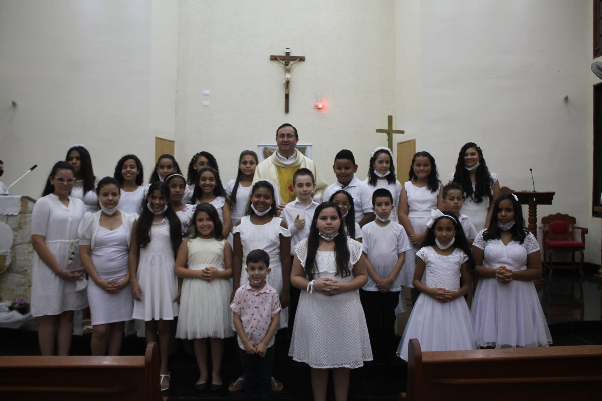 Primeras Comuniones en la Parroquia del Verbo Encarnado en Brasil.