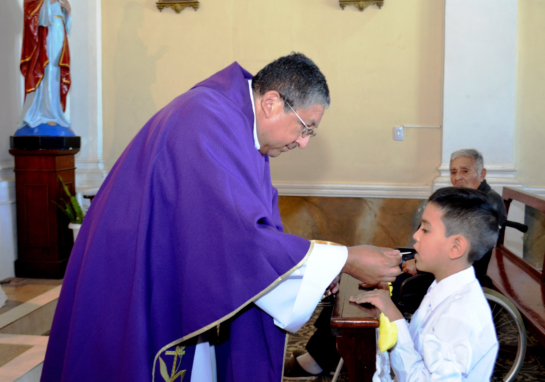 Primera Comunión de dos niños del catecismo en Suncho Corral, Argentina.