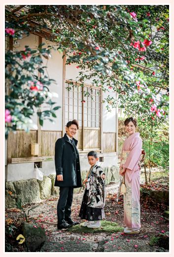 七五三 椿の花と一緒に記念撮影 親子写真